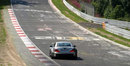 Voiture sur le circuit du Nürburgring