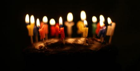 Gâteau d'anniversaire avec 30 bougies