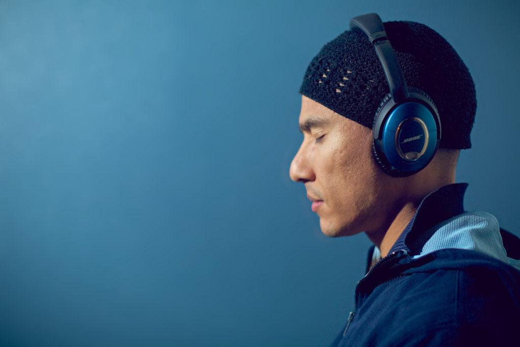 Personne écoutant de la musique avec un casque Bose