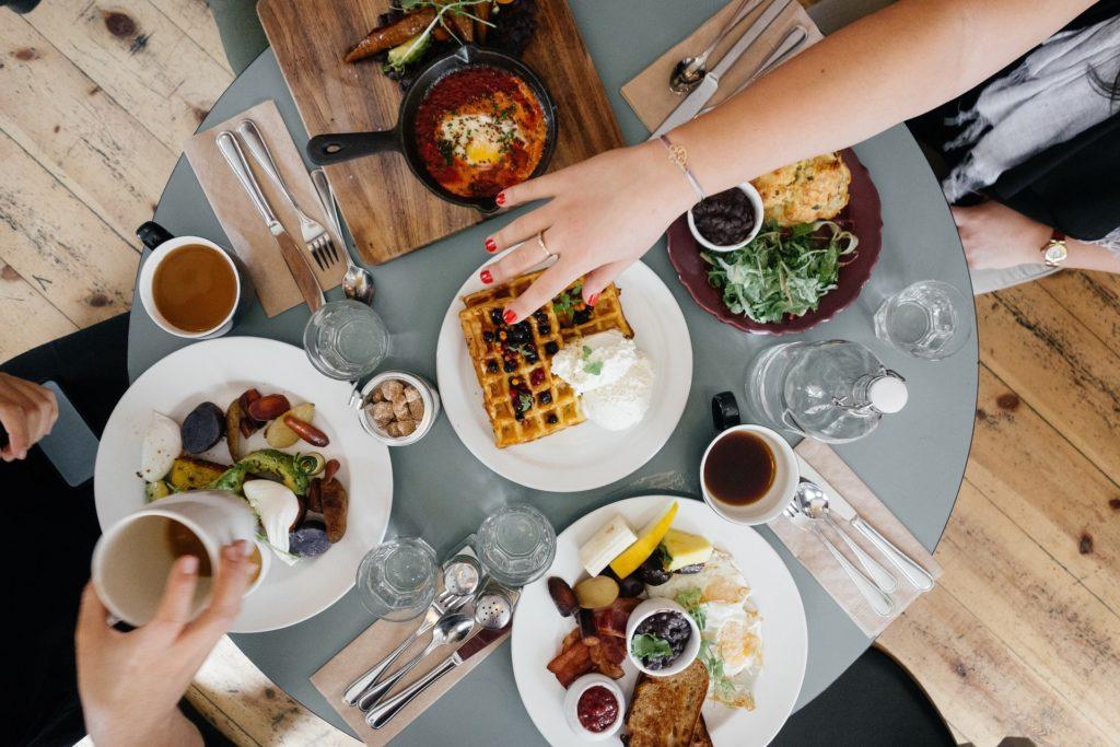Table pour un petit déjeuner lors d'une journée de team building